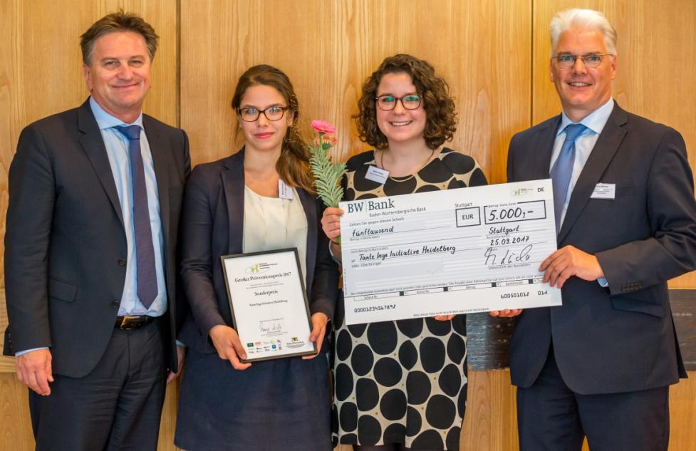 TI-Präventionspreis 2017_Übergabe Urkunde und Scheck